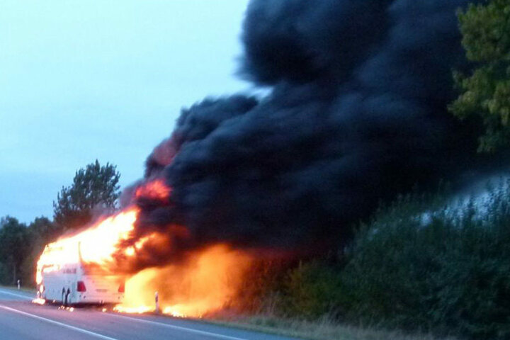 Der Busfahrer (57) eines Mindener (Nordrhein-Westfalen) Unternehmens konnte sich noch rechtzeitig aus dem Bus retten.