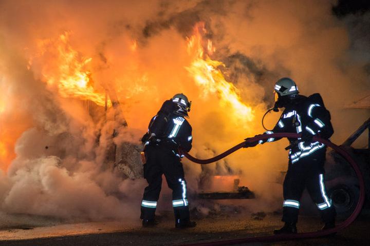 Die Feuerwehr rückte mit mehreren Einsatzwagen an und brachten die Flammen schnell unter Kontrolle.