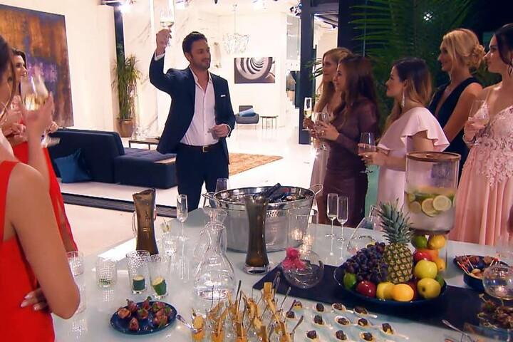 Schon am ersten Abend lässt Sebastian die Champagner-Korken knallen!