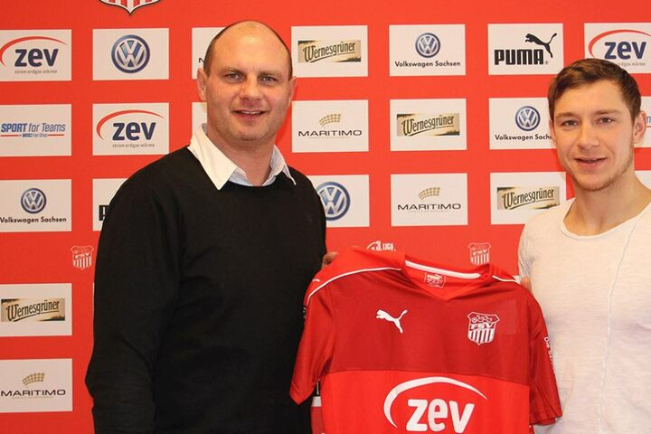 Sportdirektor David Wagner (li.) mit Neuzugang Robert Koch.