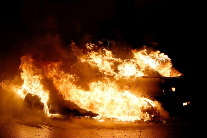 Die Autos brannten in voller Ausdehnung.