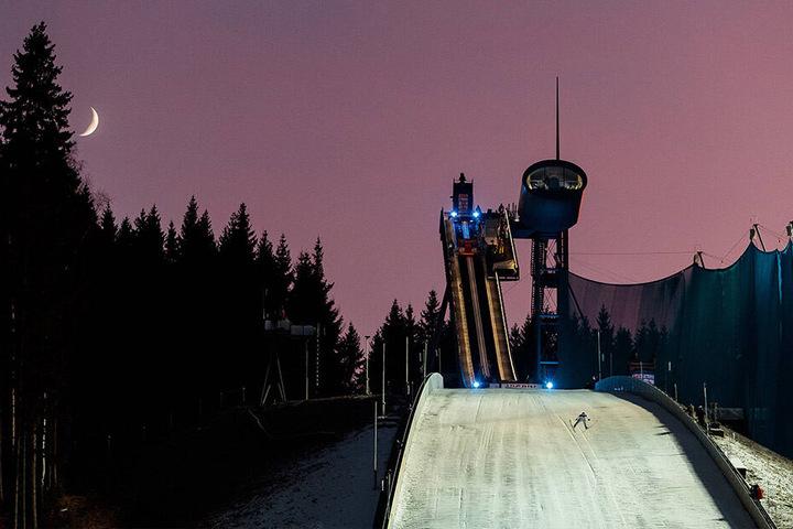 Nach drei Jahren Pause macht der Skisprung-Weltcup wieder in Klingenthal Station. Vom 13. bis 15. Dezember sind die besten Adler der Welt in der Vogtland Arena zu Gast.