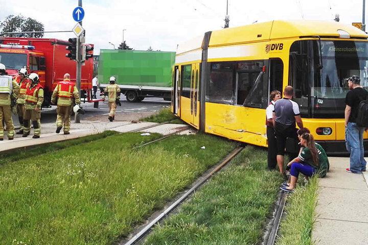 Ein Lkw ist in die Straßenbahnlinie 2 geknallt.
