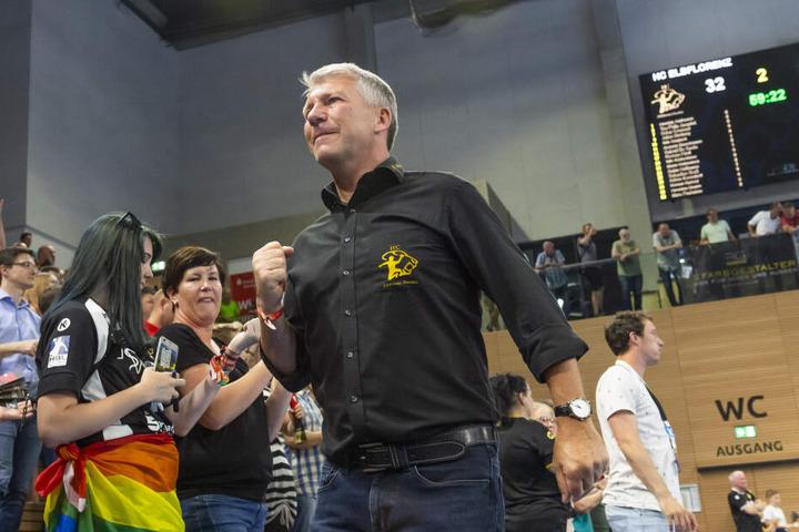 Der Klassenerhalt ist geschafft. HCE-Präsident Uwe Saegeling ballt die Siegerfaust.