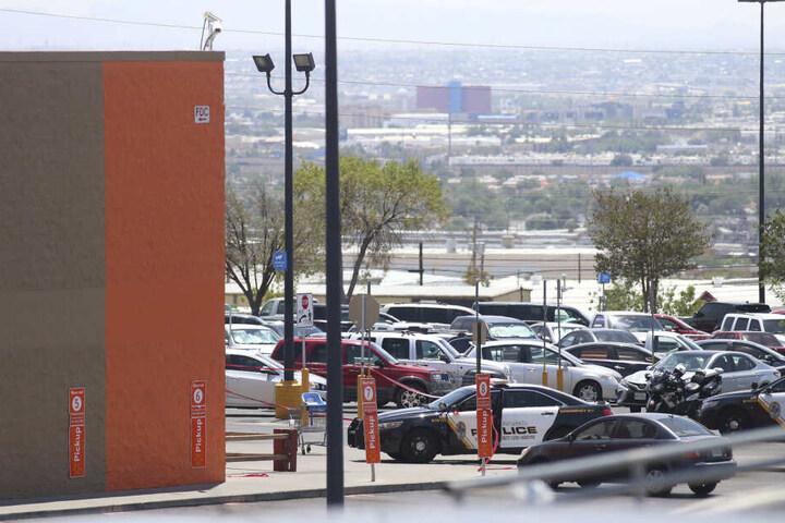 Polizeifahrzeuge stehen auf einem Parkplatz an dem Einkaufszentrum in Texas.