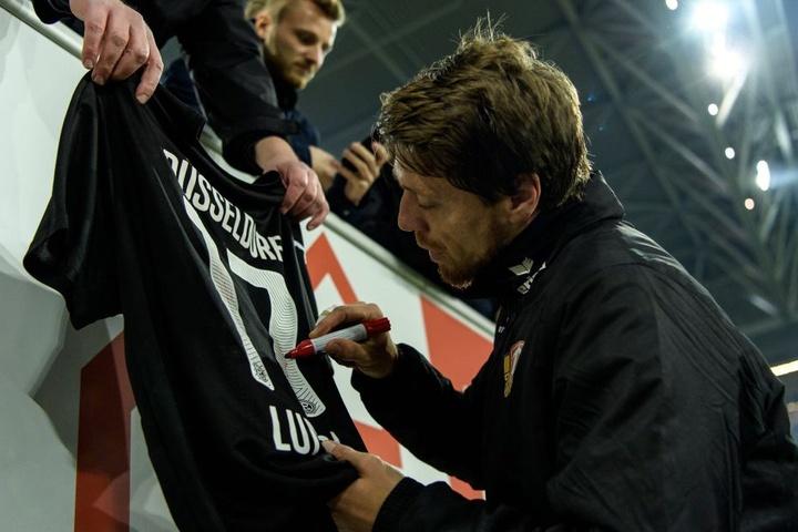 """Seine Unterschrift ist immer noch begehrt: Andreas """"Lumpi"""" Lambertz unterschreibt hier auf einem Fortuna-Trikot."""