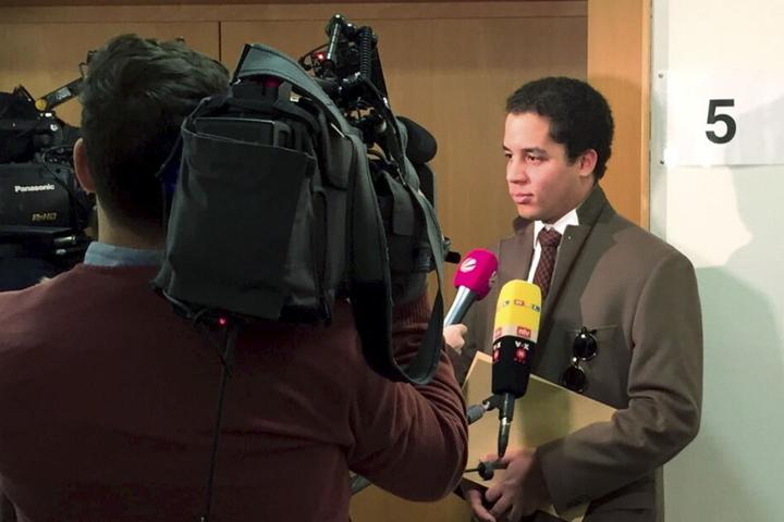 Der 26-jährige Dominik Bayer aus dem Rheinland, der sich bei einem Besuch in Eichstätt von Frauenparkplätzen diskriminiert fühlte und dagegen klagte, wird im Gerichtsgebäude interviewt. (Archivbild)