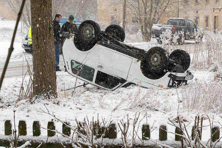 Der weiße Lada Niva ist eigentlich ein robuster russischer Geländewagen. Aber diese Straße war selbst ihm zuviel...