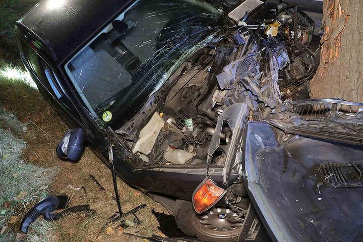 Der Mann knallte mit seinem BMW frontal gegen den Baum.