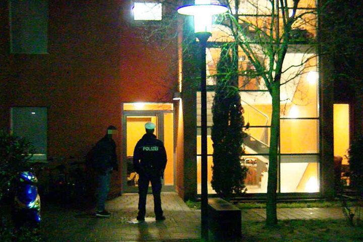 Ein Polizist steht vor dem Haus, in dem der 41-Jährige erschossen wurde.