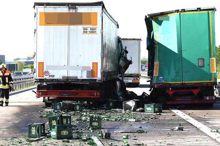 Zwei Lkw, darunter ein Bierlaster stießen bei Dresden auf der Autobahn 13 zusammen.