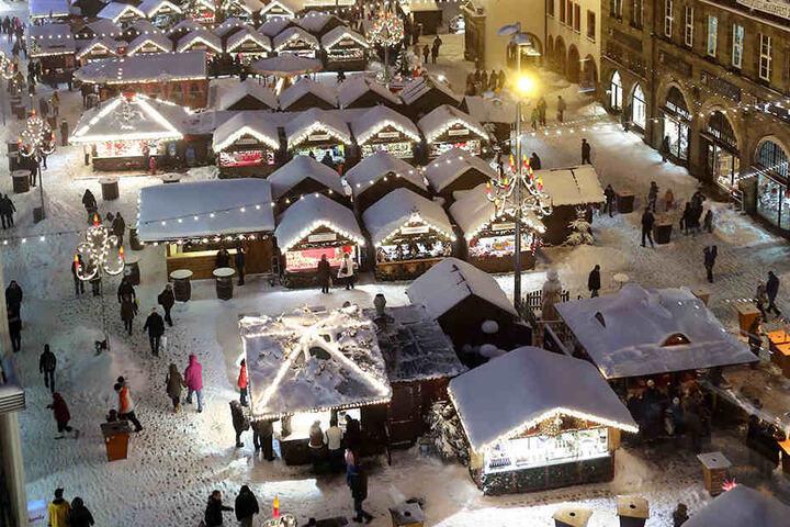 Mit 16000 Lichtern und 200 Hütten wartet der romantische Weihnachtsmarkt auf  die Besucher.