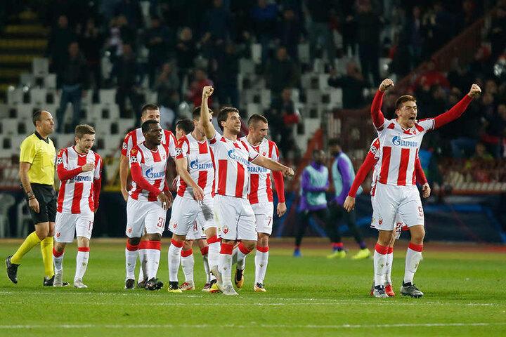 Milan Pavkov (r.) von Belgrad bejubelt mit seinen Teamkollegen seinen Treffer zum 2:0.