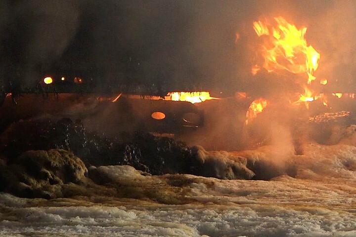 Der Sattelauflieger wurde ein Raub der Flammen.