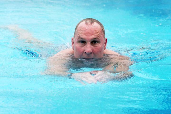 Das Wasser ist sein Element: Helge Leonhardt zog als ehemaliger Kampfschwimmer im Pool seine Bahnen.