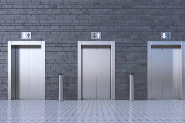 Der Horror für Menschen mit Platzangst: der Fahrstuhl bleibt stecken (Symbolbild)