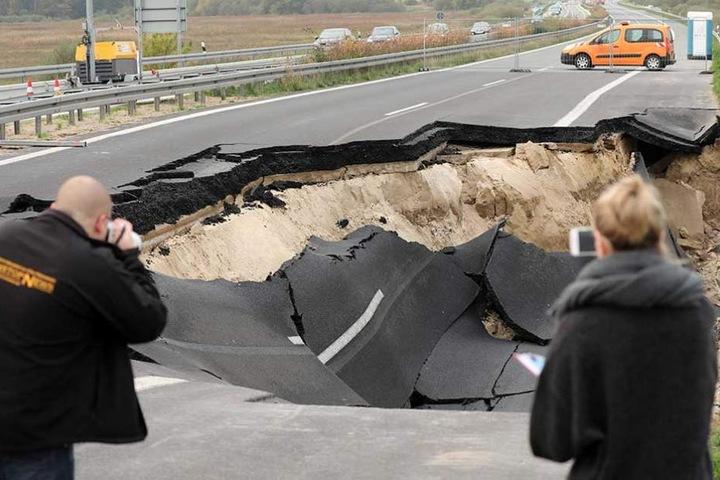 Die Autobahn ist nach dem Absacken der Fahrbahn jetzt in beide Richtungen voll gesperrt.