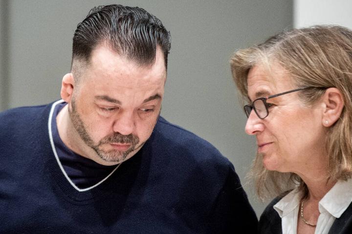 Högel spricht sich mit seiner Verteidigerin Ulrike Baumann im Gerichtssaal ab.