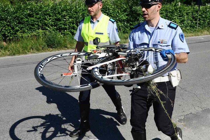 Die Polizeibeamten tragen das Fahrrad von Hayden weg.