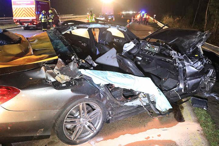 Die Beifahrerseite des Mercedes wurde bei dem Unfall aufgerissen.