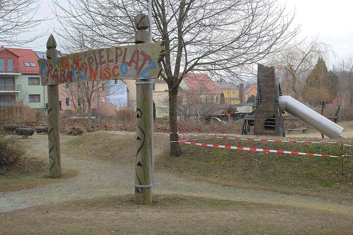 Das Nudisten-Ehepaar flitzte letzten Sommer am Kamenzer Krabat-Spielplatz vorbei.