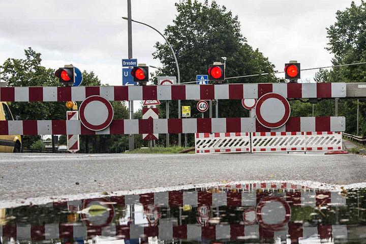 Warnschilder verhindern in Berlin vom Siemensdamm aus die Auffahrt zur Rudolf-Wissel-Brücke.