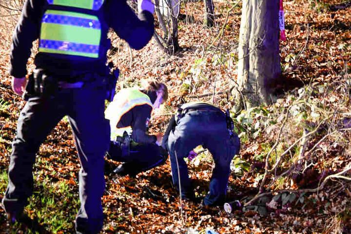Polizisten sicherten im Umfeld des Unfalls Spuren.