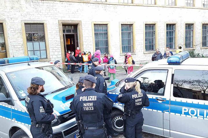Die Polizei musste Demonstranten vom Veranstaltungsort fern halten.