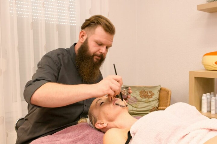 """Mit seiner Mutter führt Andreas (31) das Kosmetikstudio """"Anett Leibert"""" in Delitzsch."""