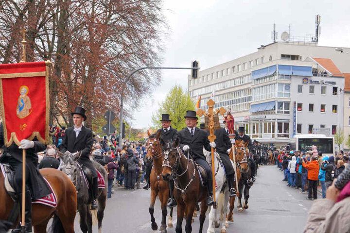 Die Prozession wurde von zahlreichen Schaulustigen beäugt.
