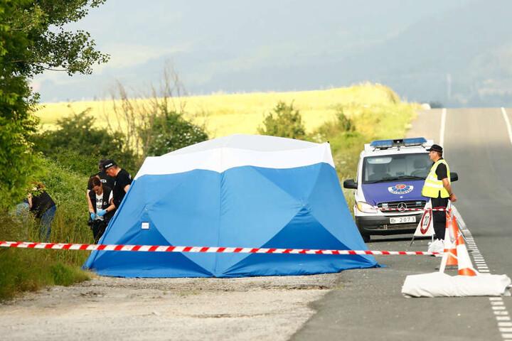 Polizisten sichern am Fundort einer Frauenleiche, nahe der Autobahn bei Asparrena, Spuren. Bei der Frauenleiche handelte es sich um die vermisste Tramperin Sophia L..