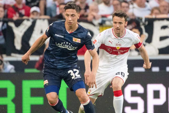 Berlins Robert Zulj (l.) und VfB-Kapitän Christian Gentner begegnen sich auf Augenhöhe.