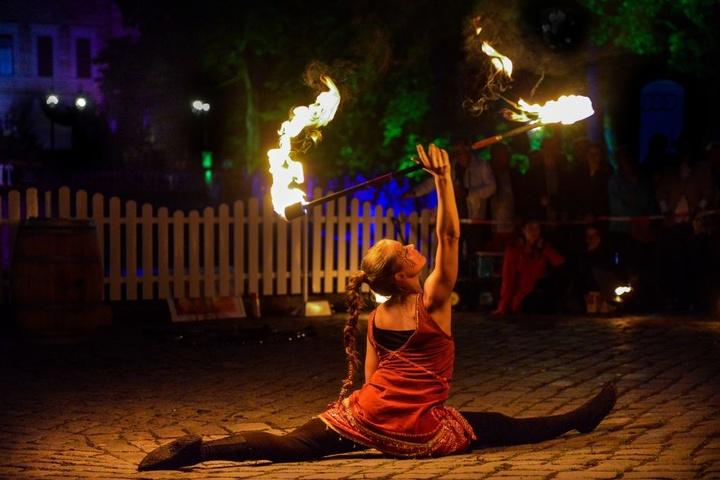 Mit Tanz und Akrobatik verzauberte diese Künstlerin das Publikum in den  Parkanlagen.