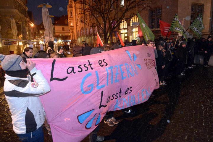 Auf Seiten der Protestgegner versammelten sich nach Polizeiangaben etwa 60 Menschen.