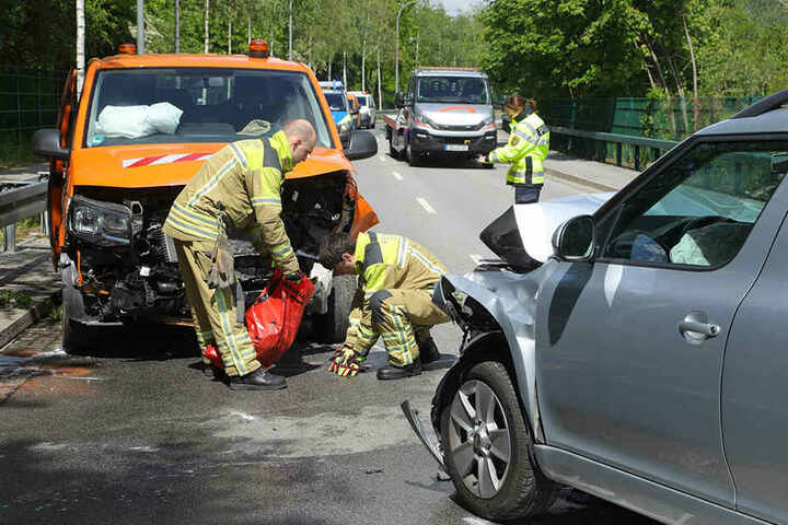 Die Kameraden der Feuerwehr-Wache Striesen nahmen den ausgelaufenen Kraftstoff auf.