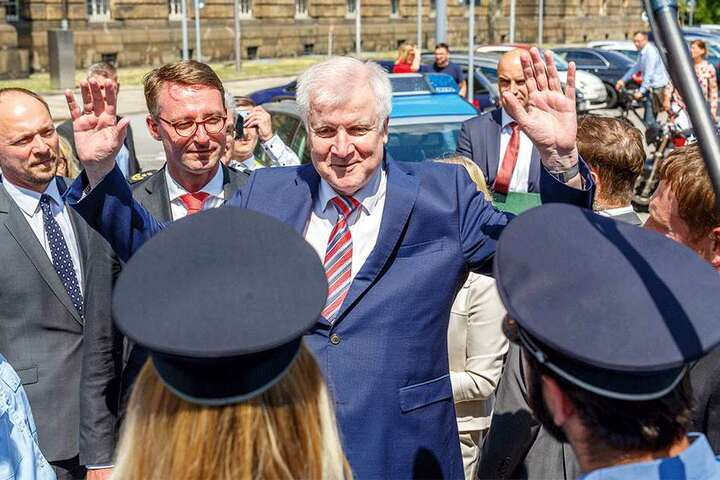 Immer für ein Späßchen gut: Beim Fototermin ergab sich Horst Seehofer der sächsischen Polizei.
