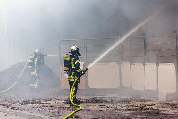 Die brennende Scheune stürzte zum Teil ein.