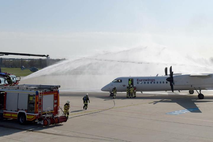 Das brennende Flugzeug wird gelöscht.