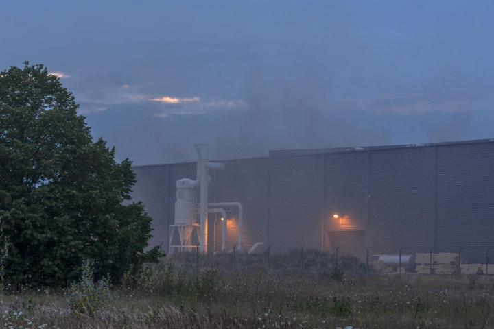 Die Brandmeldeanlage löste um 20.54 Uhr Alarm aus. Die Berufsfeuerwehr stellte bis zum Dienstagmorgen eine Brandsicherheitswache.