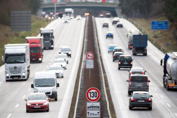 Verkehrszeichen zur Geschwindigkeitsbeschränkung von 130 km/h und zum zeitlich eingeschränkten Überholverbot für Lastwagen sind an der Autobahn A13 nahe der Anschlussstelle zur L74 aufgestellt. (Archivbild)