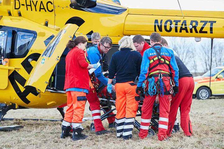 Nach einer Zwischenlandung und notärztlichen Untersuchung wurde der abgestürzte Kletterer in ein Dresden Krankenhaus geflogen.
