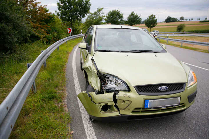 Der Ford wurde vor allem auf der Beifahrerseite demoliert.