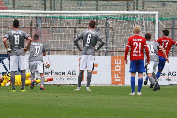 Hachings Stefan Schirmer (r.) scheiterte mit seinem Elfmeter am glänzend parierenden FSV-Keeper Johannes Brinkies.