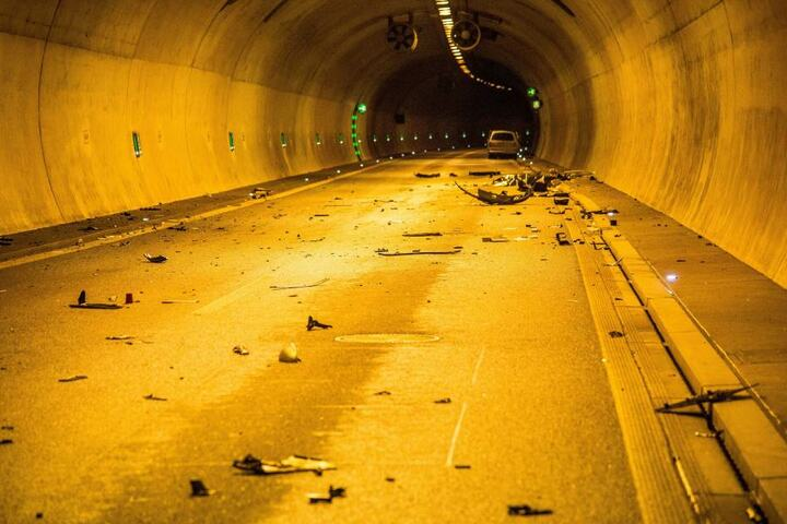 Das Auto hinterließ eine Spur der Verwüstung im Tunnel.