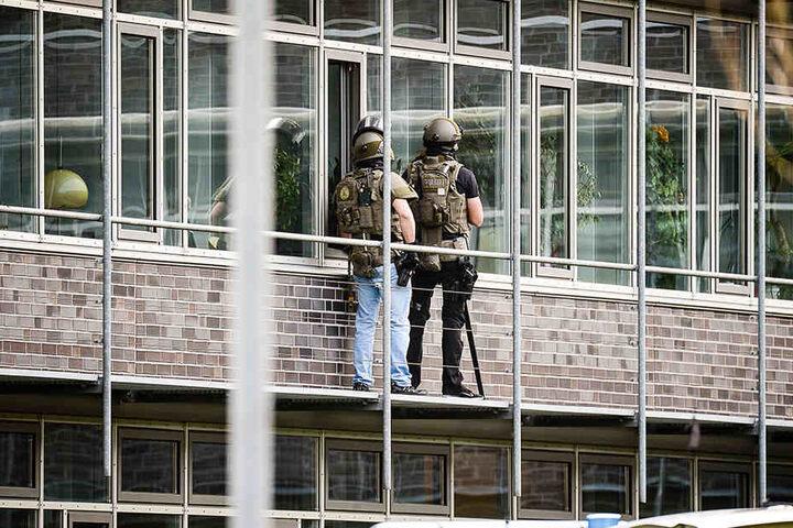Spezialeinheiten haben den Angreifer zum Aufgeben bewegt.