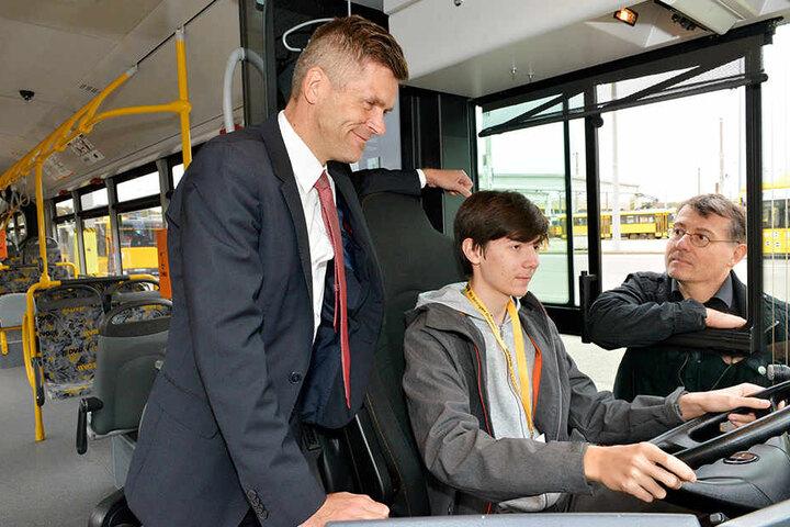 Wenn fahrerisches Können auf Verantwortung trifft: DVB-Vorstand Lars Seiffert (48, l.) erklärt Leonhard (15) und seinem Vater Lars Kress (50) das Berufsbild eines Busfahrers.
