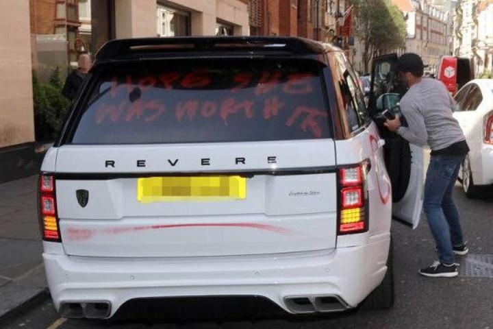 Hier steigt der vermeintliche Betrüger in sein Auto.