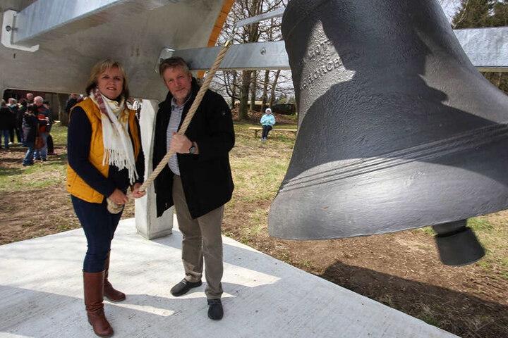 Deutschneudorfs Bürgermeisterin Claudia Kluge (49) und Wolfgang Braun (56) weihen die alte Gebetsglocke ein.