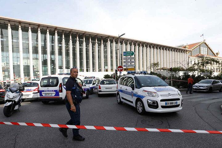 Ein französischer Polizist patrouilliert vor dem Bahnhof in Marseille.