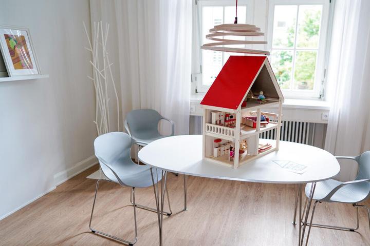"""Ein Puppenhaus steht in den Räumen des im September eröffneten """"Childhood-Haus Heidelberg""""."""